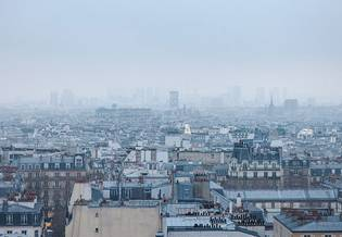 Vista su città inquinata